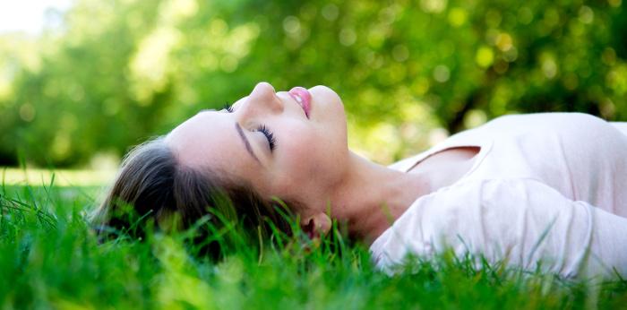 fata in iarba